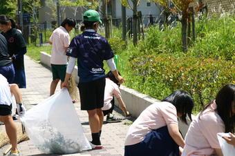 キャンパス周辺清掃を行いました