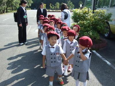 秋の遠足で年少児が橿原神宮公苑に行きました